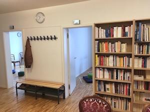 bibliothèque pour le salon et vestiaire pour les vestes et chaussures